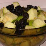 Яблоки и чернослив для гуся