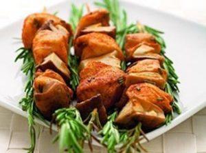 Шашлычки из курицы и белых грибов.