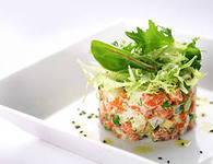салат со слабосоленой семгой и канапе с сардинами