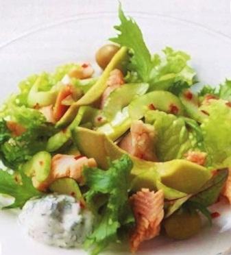 Салат из копченой форели с огурцом и листиками мяты