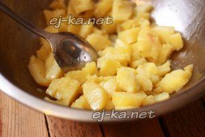 Нарезать картофель, добавить масло