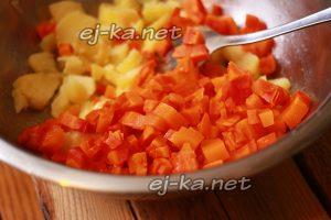 Нарезать и добавить морковь