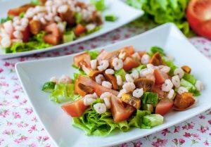 Салат с хурмой и креветками