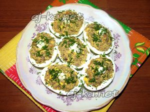 Яйца, фаршированные печенью: рецепт с фото