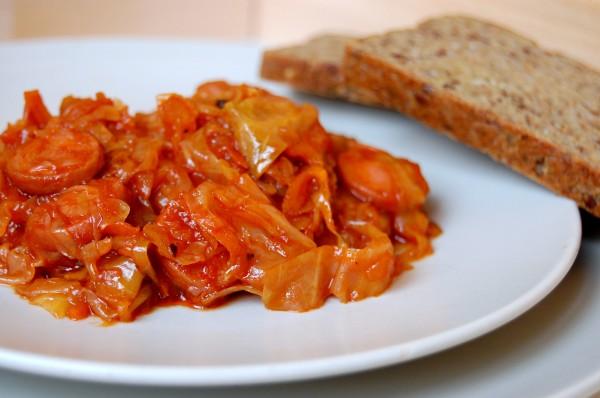 как потушить капусту с колбасой в мультиварке