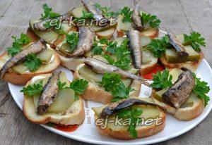 бутерброды со шпротами и соленым огурцом украсить петрушкой
