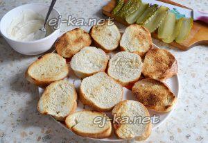 подсушить нарезанный батон и приготовить соус для бутербродов со шпротами и огурцами