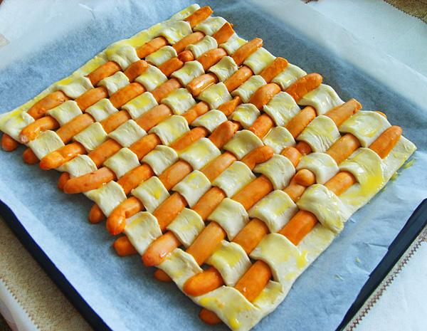 Пирог из сосисок в тесте