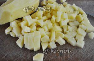 Очищайте картофель, нарезайте его небольшими кубиками