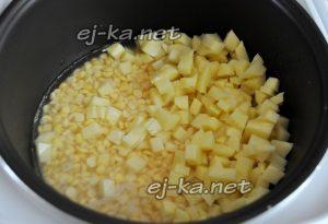 переложите картофель в мультиварку к гороху