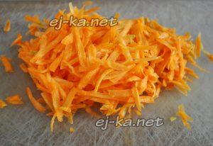 Морковь очищайте, натирайте на крупной терке, перекладывайте к картофелю