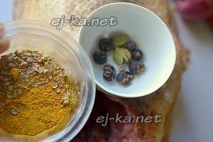 В ступке слегка измельчите ягоды можжевельника, кардамон и кориандр.
