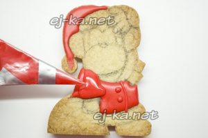 Раскрашиваем красной краской печенье в видеобезьянок