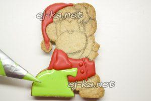 Раскрашиваем зеленой краской печенье в виде обезьянок