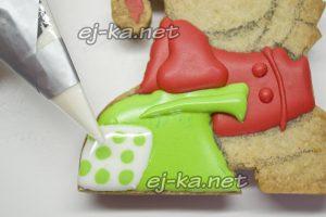 Раскрашиваем белой краской печенье в виде обезьянок
