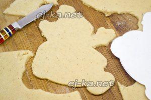 Раскатываем тесто тонко и по лекалу вырезаем пряники
