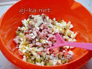 Сложить измельченные продукты вместе с луком в миску