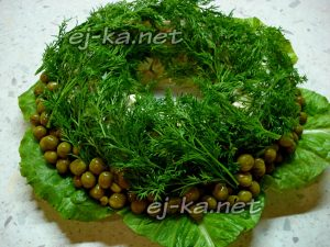 выложить зеленый горошек вокруг салата