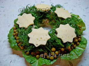 """Салат """"Рождественский венок"""" украсить сыром"""