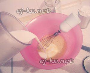 в яичную смесь добавить кефир