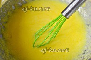 смешиваем яйца  с кефиром