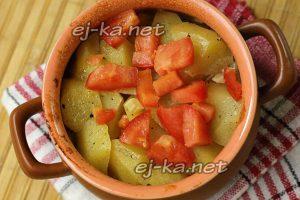 Положите сверху кусочки помидор, накройте и томите в духовке еще 20 минут