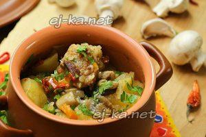 Горшочки с мясом и картофелем и грибами