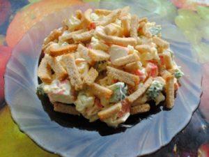 салат крабовый с сухариками