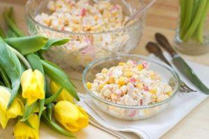 салат с рисом и крабовыми палочками