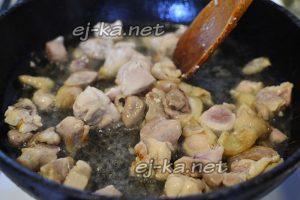 Для приготовления жаркого в горшочках обжариваем куски курицы с двух сторон на среднем огне