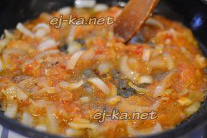 К луку добавляем чеснок и томат