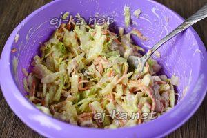 заправляем салат с корейской морковкой и курицей соусом