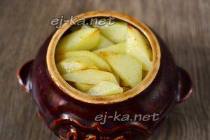 Для приготовления жаркого в горшочки выкладываем картофель