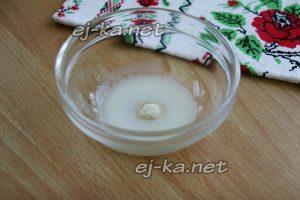 Добавляем 1-2 столовые ложки теплого молока