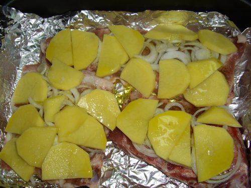 Свиные ребрышки в духовке с картошкой в фольге