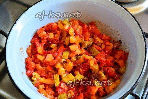 Все овощи перемешать и готовить на огне
