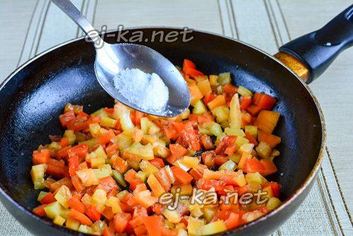 Обжарить сладкий перец в масле