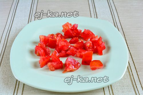 fнарезать помидоры кубиками