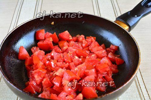 Обжарить помидоры в масле