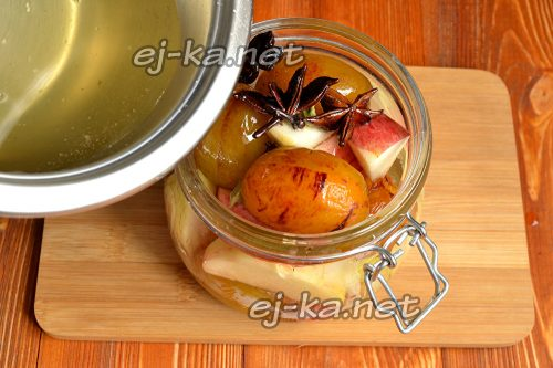 Залить яблоки и сливы сиропом