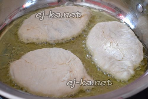 Выложить пирожки с капустой в горячее масло