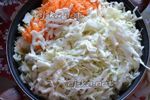 Капусту, лук и морковь выложить на сковороду