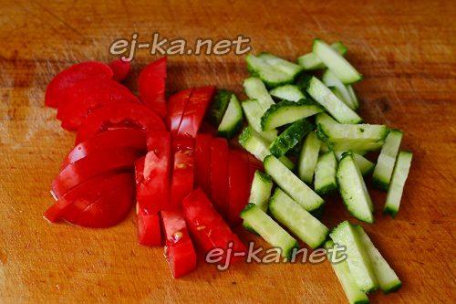 нарезать помидоры и огурцы для салата с тунцом и овощами