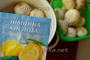 В кастрюлю с грибами добавьте соль и лимонную кислоту