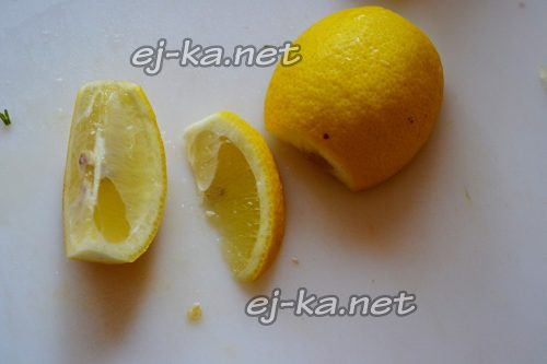 Нарезать лимон дольками