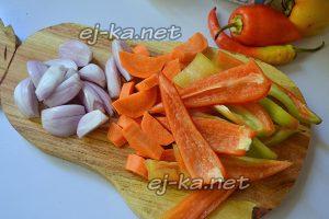 Нарезать сладкий перец, морковь и лук для лечо из баклажанов