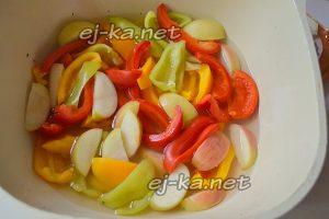 Залить кипятком яблоки и перец