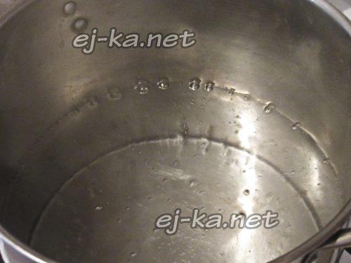Налить в кастрюлю воду