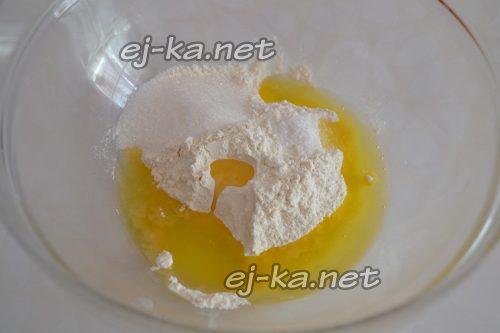 В глубокую миску, насыпаем 3 ст.л муки, 1 ч.л соли, 1 ст.л сахара и 3 ст.л растительного масла