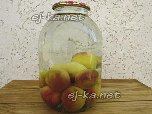 Залить персики кипящей водой